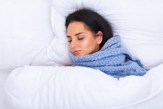 Mädchen mit kaltem lügen unter einer decke Premium Fotos