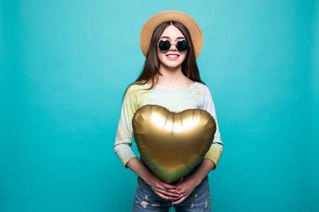 Mädchen mit luftballons. schöne junge frau, die ballon hält und während lokalisiert lächelt Kostenlose Fotos