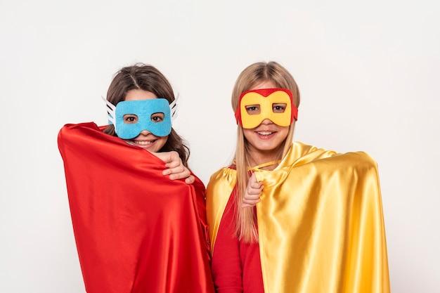 Mädchen mit maske und kostüm der helden Kostenlose Fotos