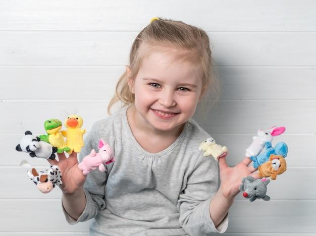 Mädchen mit puppenpuppen auf ihren händen Premium Fotos