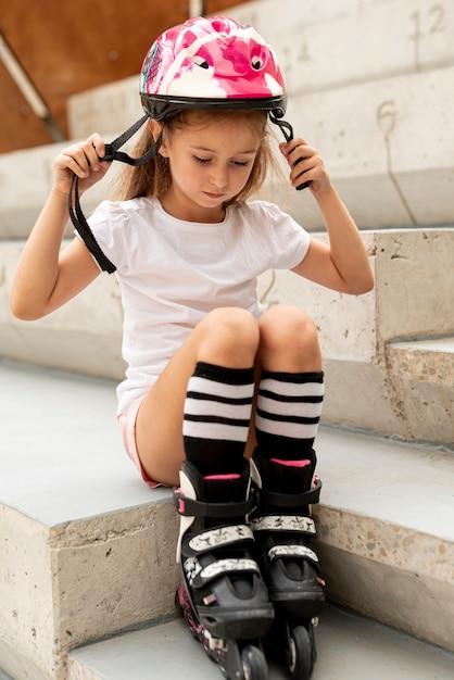 Mädchen mit rollerblades und sturzhelm Kostenlose Fotos
