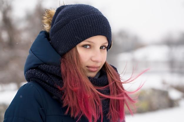 Mädchen mit rosa haaren, die einen hut tragen Premium Fotos