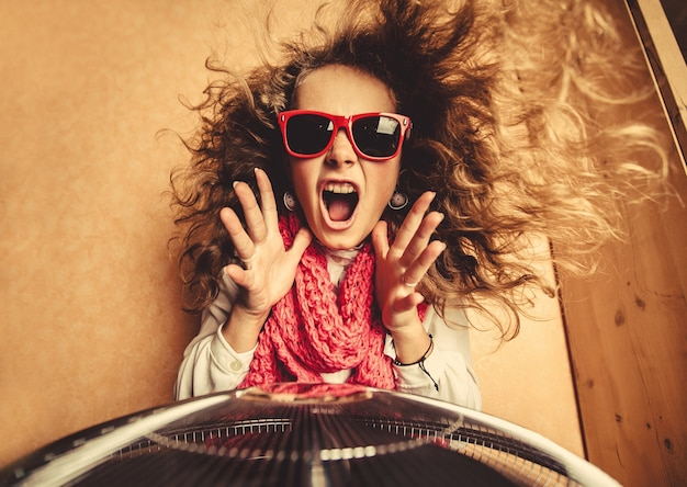 Mädchen mit roten sonnenbrille und kreischen Premium Fotos
