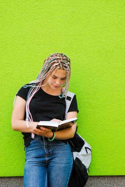 Mädchen mit studien auf grün Kostenlose Fotos