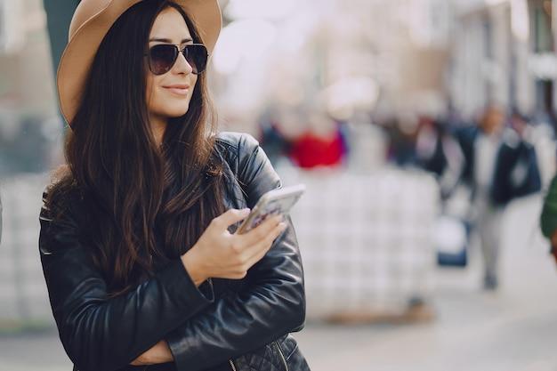 Mädchen mit telefon in istanbul Kostenlose Fotos