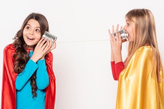 Mädchen reden werfen walkie talkie Kostenlose Fotos