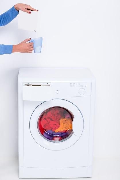 Mädchen schläft im glas pulver für eine waschmaschine ein. Premium Fotos