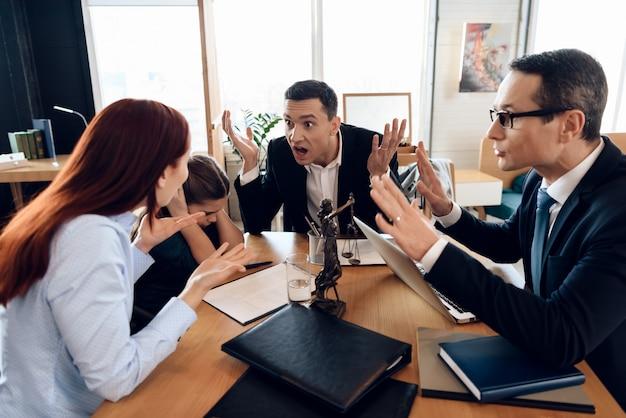 Mädchen schließt ohren, wenn eltern in der kanzlei des anwalts streiten. Premium Fotos