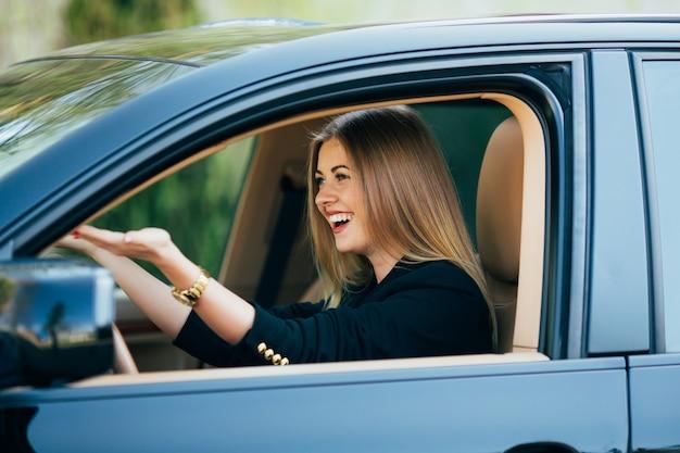 Mädchen schreien über straße gefährlich in ihrem auto Kostenlose Fotos