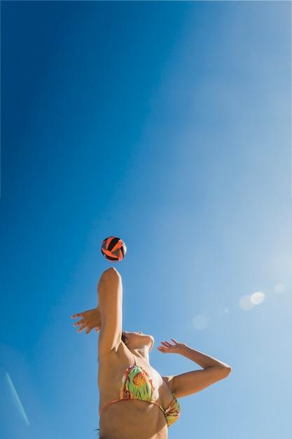 Mädchen spielen volleyball an einem sonnigen tag Kostenlose Fotos