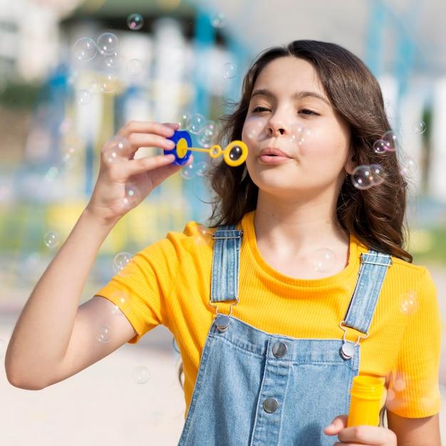 Mädchen spielt mit blasengebläse Kostenlose Fotos