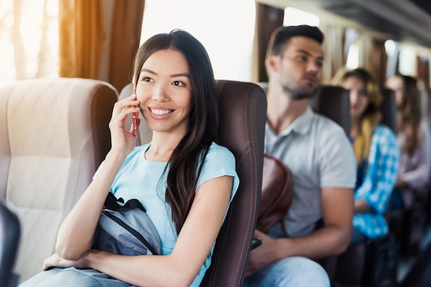 Mädchen spricht am telefon passagiere reisen mit dem reisebus. Premium Fotos