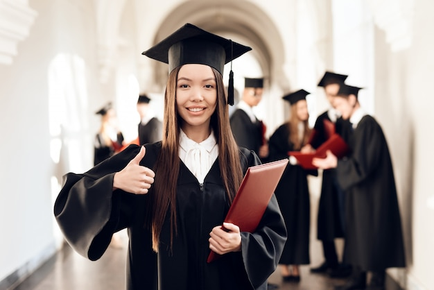 Mädchen steht im flur der universität. Premium Fotos