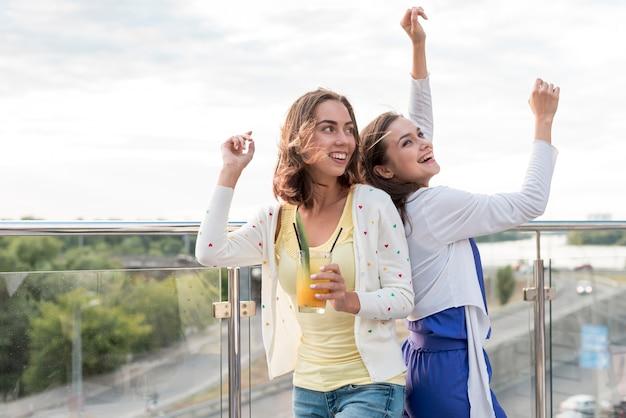 Mädchen tanzen rücken an rücken auf einer party Kostenlose Fotos