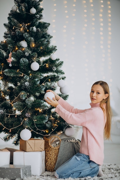 Mädchen teenager, der weihnachtsbaum verziert Kostenlose Fotos