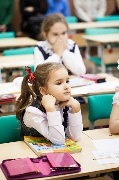 Mädchen trägt eine schuluniform in der schule Premium Fotos