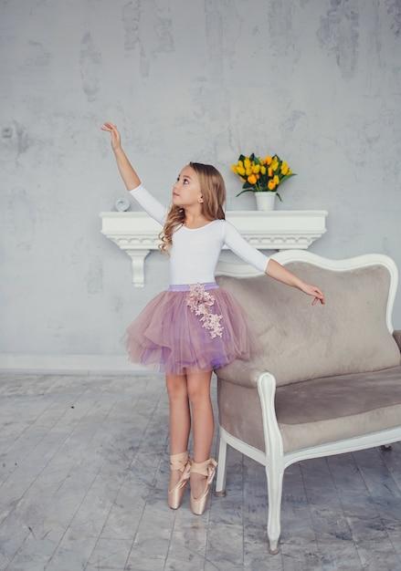 Mädchen träumt davon, ballerina zu werden Premium Fotos