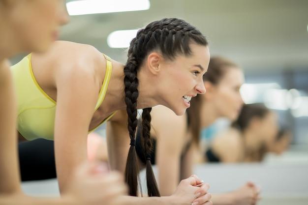 Mädchen trainieren Kostenlose Fotos