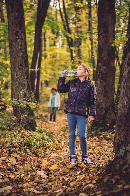 Mädchen trinkwasser Premium Fotos