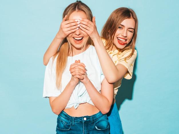 Mädchen überraschend ihre beste freundin. modell, das ihre