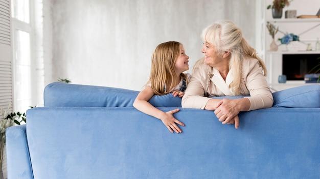 Mädchen und großmutter verbringen zeit Premium Fotos