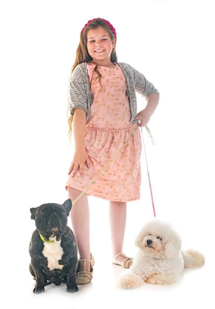 Mädchen und kleine hunde Premium Fotos