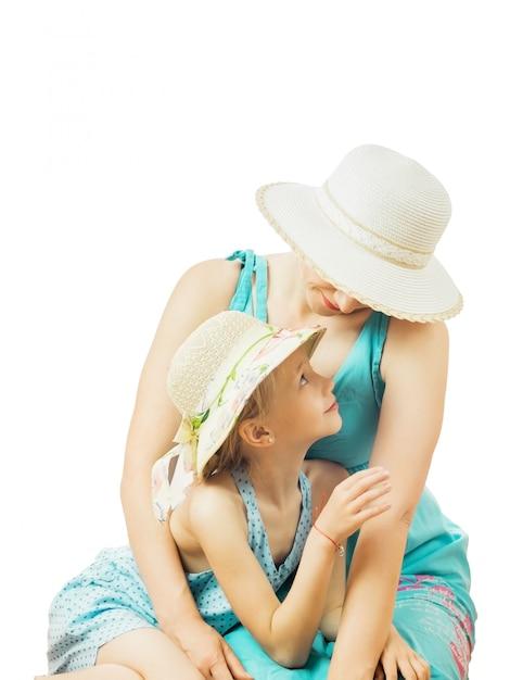 Mädchen und mutter, die einander getrennt betrachten Premium Fotos