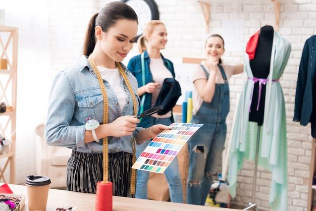 Mädchen wählen farbe im katalog mit lupe Premium Fotos