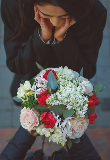 Mädchen wird vom mann überrascht, der einen blumenblumenstrauß anbietet Kostenlose Fotos
