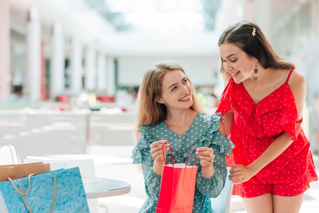 Mädchen zeigen ihre neuen kleider Kostenlose Fotos