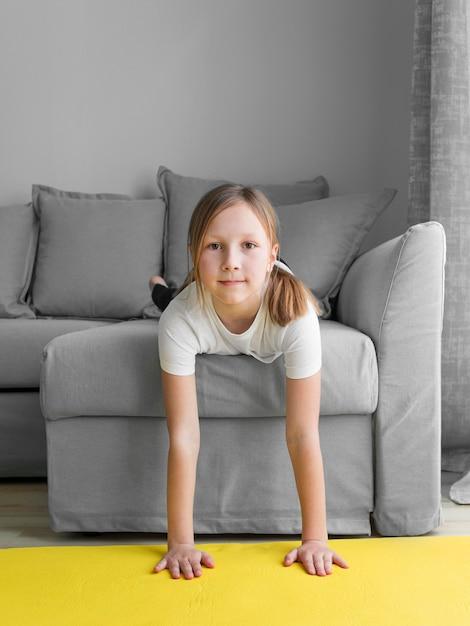 Mädchen zu hause auf der couch Kostenlose Fotos
