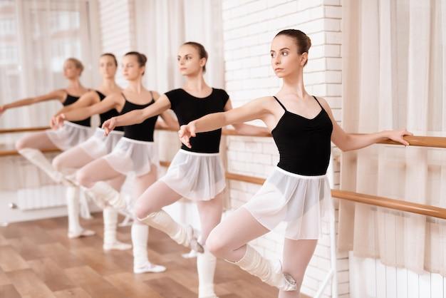 Mädchenballetttänzer proben in der ballettklasse. Premium Fotos