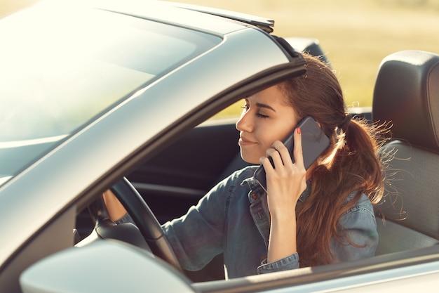 Mädchenfahrer mit handy Premium Fotos