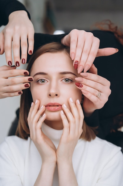 Mädchengesicht und -hände, die unterschiedlichen schönheitssalonservice machen Kostenlose Fotos