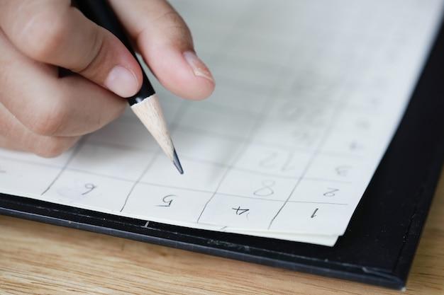 Mädchenhände machen hausaufgaben in der mathematik. Premium Fotos