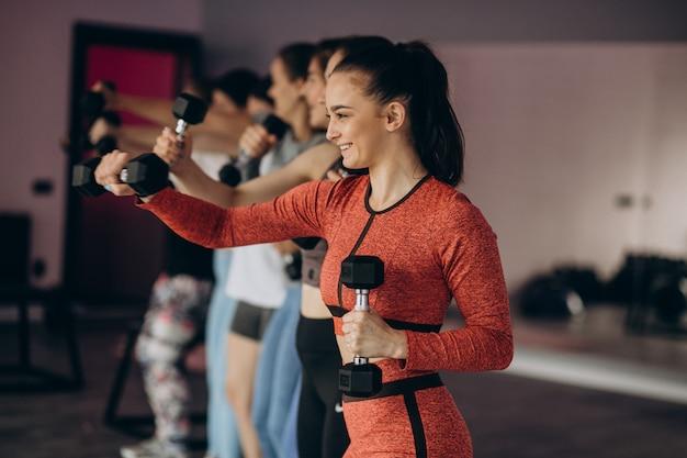 Mädchenmannschaft, die zusammen aerobic im fitnessstudio ausübt Kostenlose Fotos
