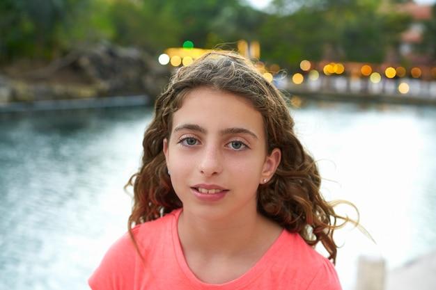 Mädchenportraitsonnenuntergang mit lichthintergrund Premium Fotos