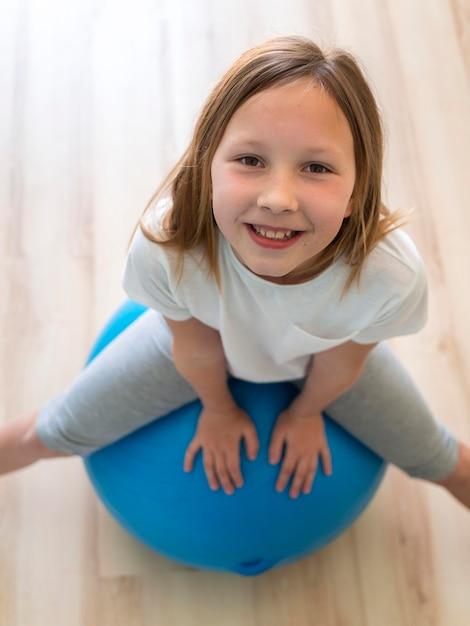 Mädchenübung am ball Kostenlose Fotos