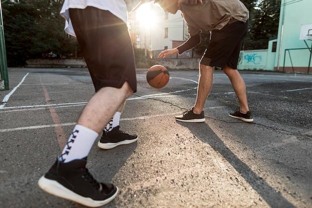 Männer des niedrigen winkels, die basketball spielen Kostenlose Fotos