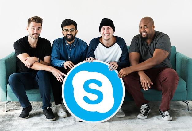Männer, die ein skype-symbol anzeigen Kostenlose Fotos