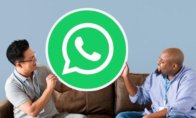 Männer, die ein whatsapp messenger-symbol anzeigen Kostenlose Fotos