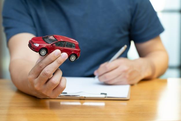 Männer entscheiden sich für den kauf und die unterzeichnung von verträgen mit fahrzeug- und autoversicherungen Premium Fotos