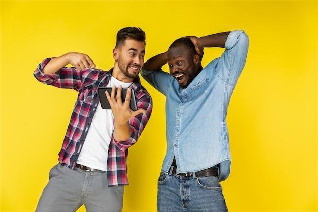 Männer freuten sich über das tablet Kostenlose Fotos