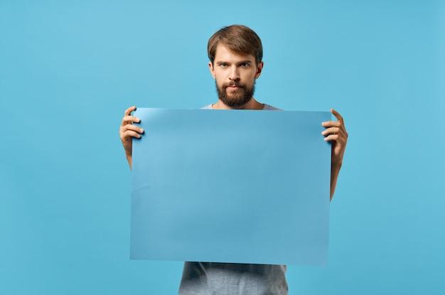 Männer hinter einem blauen plakat auf blauer wand Premium Fotos