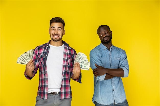 Männer mit dollarnoten Kostenlose Fotos