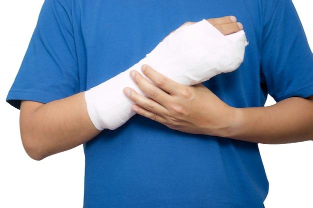 Männer mit seinem gebrochenen rechten arm. isoliert auf weißem hintergrund Premium Fotos