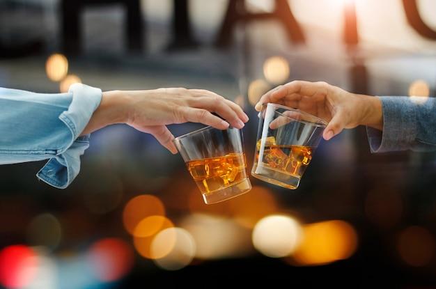 Männer stoßen an whiskygläser an Premium Fotos