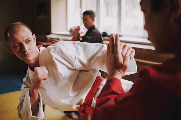 Männer trainieren die schlagtechnik im fitnessstudio. Premium Fotos