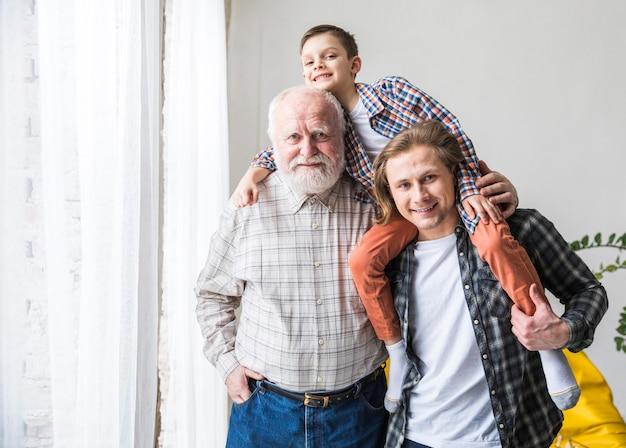 Männer verschiedener generationen stehen und umarmen Kostenlose Fotos