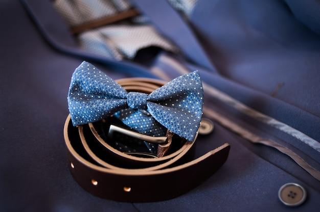 Männerattribute. anzug, gürtel, krawatte. Premium Fotos